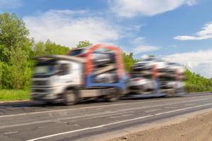 transporteur de voitures livrant des voitures. photo