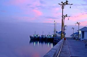 lever du soleil au quai. photo