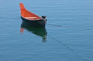 bateau à rames flotte sur le lac calme