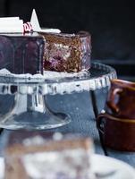 morceau de gâteau au chocolat avec crème et cerise, célébration photo