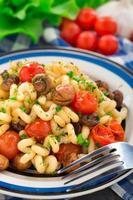pâtes aux champignons rôtis et tomates cerises photo