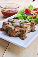 steaks grillés, porc avec sauce au poivre et salade de légumes