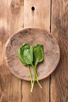 épinards crus dans un bol en bois photo