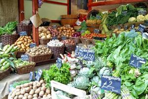 légumes sur un étal de marché de producteurs photo