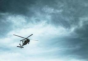 hélicoptère dans un ciel orageux