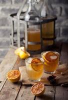 limonade dans des verres et des bouteilles de citrons grillés. Cidre. photo