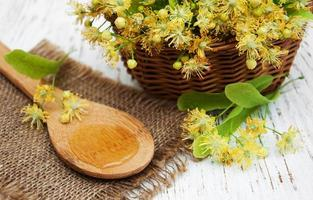 panier en osier avec fleurs de tilleul