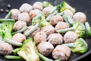 boulettes de viande, brocoli et épinards sautés photo