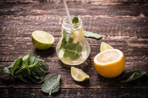 boisson fraîche au citron et à la menthe