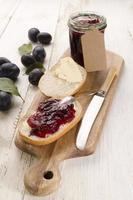 petit déjeuner avec pain et confiture de prunes
