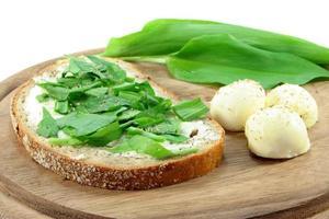 pain à l'ail sauvage photo