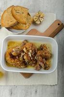 morceaux de poulet rôti à l'ail bio, pain grillé aux herbes et à l'ail photo