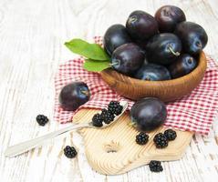 prunes violettes fraîches et mûre