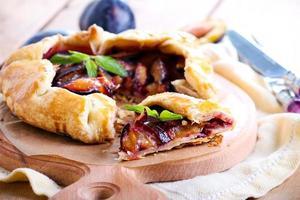 tarte aux prunes sur table photo