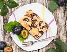 portion de gâteau aux prunes fraîches photo
