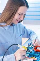 fille, réparation, électronique, appareil, circuit, planche photo