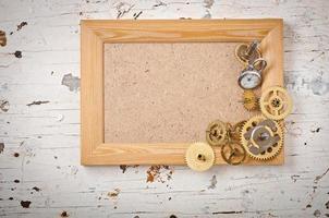 cadre en bois et engrenages d'horloge mécaniques photo