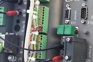 automatisation plc avec diverses entrées et fils photo