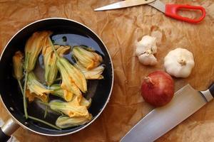 fleur de citrouille dans la casserole photo