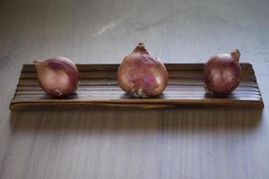 oignons sur une planche de cuisine photo