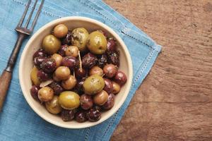 antipasti aux olives mélangées en plat photo