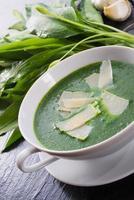 soupe à l'ail sauvage au parmesan