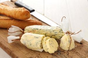 pain à l'ail composé beurre herbe baguette thym romarin coriandre origan photo