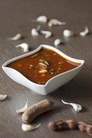 sauce épicée au tamarin et à l'ail du sud de l'Inde. photo