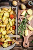 pommes de terre rôties au romarin et à l'ail photo