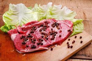 bifteck de surlonge sur laitue frisée photo