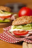 sandwich sain avec jambon, laitue, fromage photo