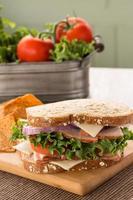 Sandwich au jambon et à la dinde avec laitue et tomates