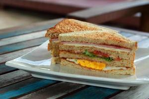sandwich sur pain de blé entier. photo