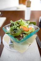 salade fraîche du jardin avec une fourchette. photo