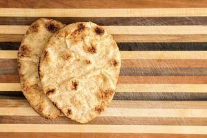 pain plat à grains entiers croustillant naan photo