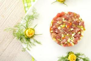 tartare de thon aux fleurs de céleri et de courgette