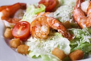 salade César aux crevettes dans une assiette