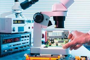 laboratoire de microélectronique avec les instruments de mesure et m photo