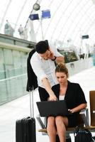 Les gens d'affaires dans la station publique travaillant avec la zone wifi de l'ordinateur