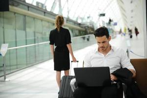 beau jeune homme d'affaires station publique avec ordinateur dans la zone wifi photo