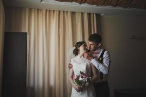 premiers câlins des jeunes mariés photo