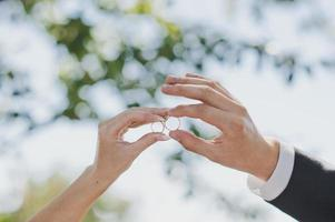mains avec anneaux de mariage photo