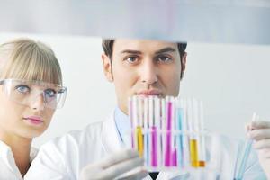 gens de science en laboratoire lumineux photo