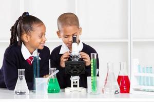 Les enfants de l'école élémentaire expérimentent avec des équipements scientifiques photo