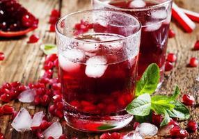 cocktail de jus de fruits rouges frais avec graines de grenade, menthe et glace