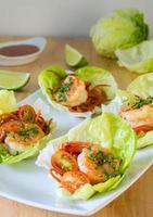 enveloppement sain de laitue aux crevettes asiatiques