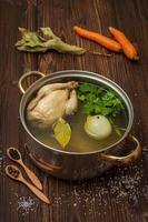 bouillon de poulet aux légumes et épices dans une casserole