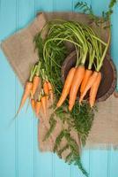 carottes sur une table en bois