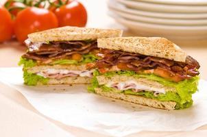 deux, sandwich, sur, papier emballage, fond, a, tomates