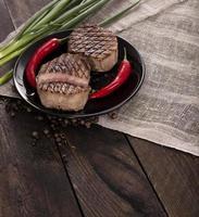 steak de boeuf avec sur une table en bois photo